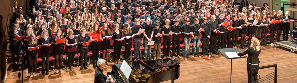Schoolconcerten in concertzaal de Vereeniging door het schoolkoor en alle 7e klassen van het Karel de Grote College